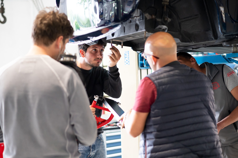 Davide Cironi e Raffaele D'Angelo osservano con attenzione la Fiat 500 da elaborare.
